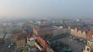 """""""Do celu jeszcze bardzo daleko"""". Jak Polska walczy ze smogiem"""