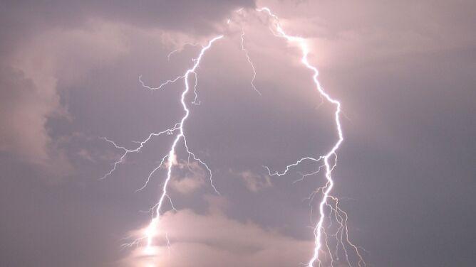 Burza nad Warszawą. Samolot zawrócił po uderzeniu pioruna