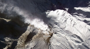 Cztery równoczesne erupcje na Kamczatce (NASA/GSFC/METI/ERSDAC/JAROS, and U.S./Japan ASTER Science Team. Caption by Robert Simmon)